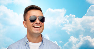 Cara del hombre sonriente en camisa y gafas de sol Imagenes de archivo