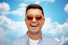Cara del hombre sonriente en camisa y gafas de sol Fotos de archivo libres de regalías