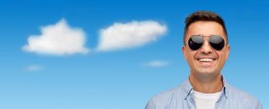 Cara del hombre sonriente en camisa y gafas de sol Imagen de archivo libre de regalías
