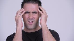 Cara del hombre subrayado que tiene dolor de cabeza contra el fondo blanco almacen de metraje de vídeo