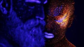 Cara del hombre y de la mujer en la luz ultravioleta