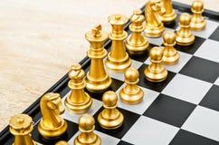 Cara del juego de ajedrez con el otro equipo del oro fotografía de archivo libre de regalías