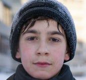 Cara del muchacho caucásico joven en invierno del siberiano del tiempo frío del invierno que camina Fotos de archivo
