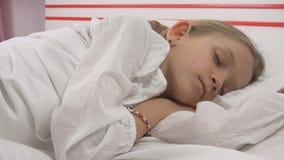 Cara del niño el dormir en la cama, retrato del niño que descansa en el dormitorio, muchacha en casa fotografía de archivo