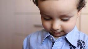Cara del niño que considera entusiasta algo almacen de video