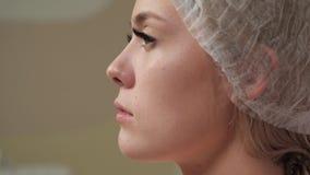 Cara del paciente antes de la inyección almacen de video