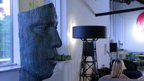 Cara del PDA ancho de la escultura moderna del hombre almacen de video