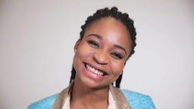 Cara del primer de la muchacha afroamericana que sonríe ampliamente a la cámara almacen de metraje de vídeo
