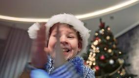 Cara del primer de las pequeñas manos sonrientes y que aplauden lindas asombrosas de la caja de regalo de la abertura del muchach metrajes