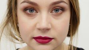 Cara del primer de una mujer voloptuous atractiva joven hermosa apenas que mira delante de la cámara Muchacha imponente atractiva metrajes