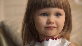 Cara del primer de una niña con los ojos azules grandes almacen de video