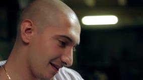 Cara del primer del hombre sonriente almacen de video