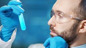 Cara del primer del técnico de sexo masculino que conduce para examinar en laboratorio moderno almacen de video
