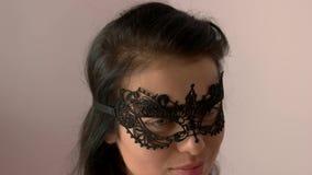 Cara del ` s de la mujer en máscara del cordón metrajes