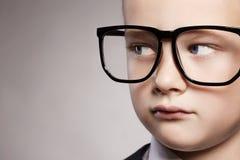Cara del ` s del niño Niño pequeño en vidrios Foto de archivo libre de regalías