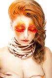 Mulher estilizado impetuosa com olhos fechados. Chicotes falsos vermelhos. Criativo compo Fotografia de Stock