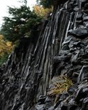 Cara dentada de la roca en la montaña imágenes de archivo libres de regalías
