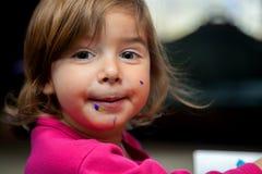 Cara desarrumado da menina de comer a sobremesa imagens de stock