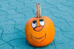 Cara dibujada mano de la diversión en una calabaza Imagen de archivo libre de regalías