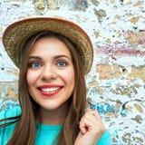 Cara divertida de la mujer feliz en la pared del vintage Imagenes de archivo
