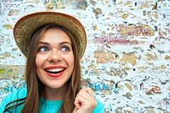 Cara divertida de la mujer feliz en la pared del vintage Fotos de archivo libres de regalías