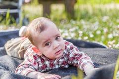 Cara divertida de los 6 meses lindos de bebé Foto de archivo