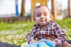Cara divertida de los 6 meses lindos de bebé Fotografía de archivo