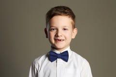 Cara divertida del niño Niño pequeño hermoso sonriente Fotografía de archivo