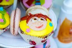 Cara divertida en una torta Foto de archivo libre de regalías