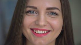 Cara do close up da jovem mulher bonita que sorri na câmera retrato de 4 k da vista de sorriso nova atrativa da menina filme