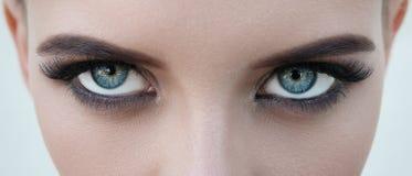 Cara do close-up da menina bonita com olhos azuis grandes bonitos, e grande Fotografia de Stock
