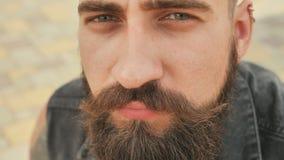Cara do close-up de um homem da rua farpado, brutal e sorrindo filme