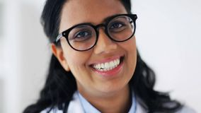Cara do doutor novo de sorriso feliz nos vidros video estoque