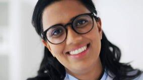Cara do doutor novo de sorriso feliz nos vidros vídeos de arquivo