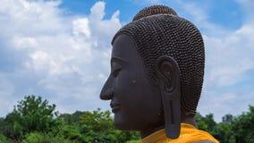 Cara do estatuto preto de buddha com a orelha longa no templo antigo, Ay Foto de Stock