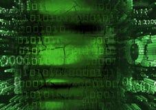 Cara do hacker no fundo verde dos códigos binários Foto de Stock