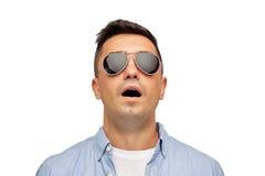 Cara do homem assustado na camisa e nos óculos de sol Fotografia de Stock