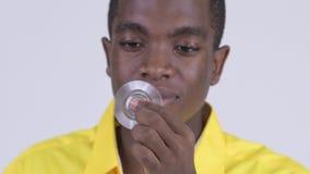 Cara do homem de negócios africano feliz novo que joga com girador da inquietação vídeos de arquivo