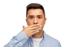 Cara do homem que cobre sua boca com a palma da mão Fotografia de Stock Royalty Free