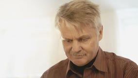 A cara do homem que lê o livro video estoque