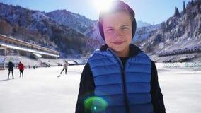 Cara do menino do smiley do close up Patinagem no gelo na pista de gelo exterior video estoque