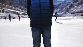 Cara do menino do smiley do close up Patinagem no gelo na pista de gelo exterior filme