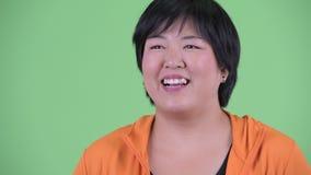 Cara do pensamento asiático excesso de peso novo feliz da mulher pronto para o gym filme
