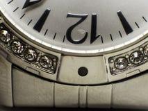 Cara do relógio da exibição da cara do relógio que mostra o pulso de disparo do ` de 12 o fotos de stock