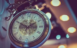 Cara do relógio do vintage com fundo de Bokeh foto de stock royalty free