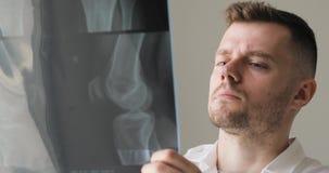 Cara do roentgenologist do doutor que aprende a imagem do raio X video estoque