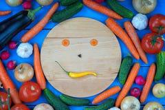 Cara do smiley feita dos vegetais entre legumes frescos Imagem de Stock Royalty Free