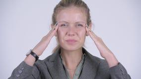 A cara dos jovens forçou a mulher de negócios loura que tem a dor de cabeça filme