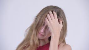 A cara dos jovens forçou a mulher loura que olham deprimida e o grito video estoque