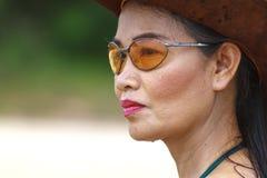Cara e chapéu da mulher exteriores com luz do sol fotos de stock royalty free